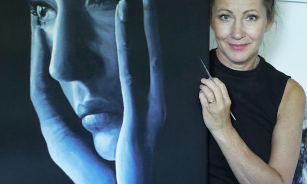 Från pyramiden i Frankrike till äpplet i USA – Starka känslor har tagit Marie Åkerlund på en konstnärsresa hon inte vågat drömma om.